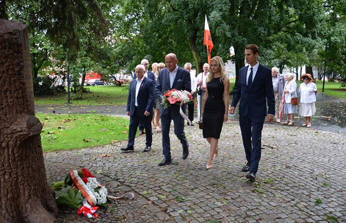 Pod pomnikiem Polskiego Państwa Podziemnego